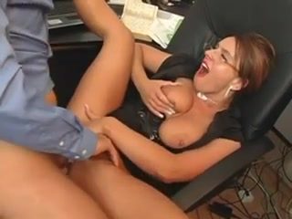 sexe au bureau belle blonde mature